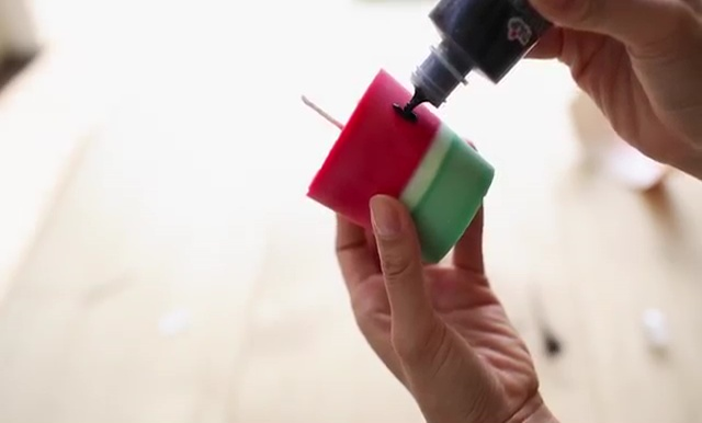 DIY how to make crayon watermelon candles (16)