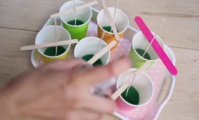 DIY how to make crayon watermelon candles (9)