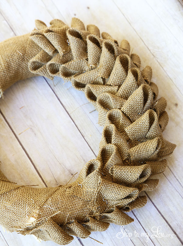 Diy burlap crafts 58 wreaths flowers table runners for What can i make with burlap