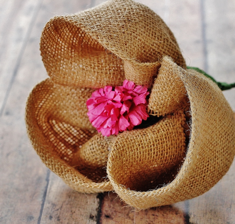 Diy burlap crafts 58 wreaths flowers table runners for Crafts made with burlap